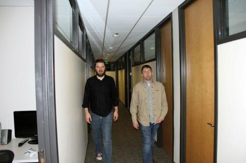 Chet e Erik andando pelos corredores da Valve.